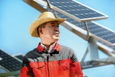 Empleado en la granja de Baofeng (PRNewsfoto/Huawei)